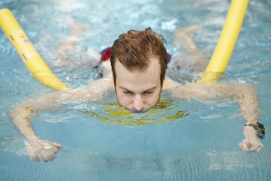 Erwachsene schwimmen Bibelkampf