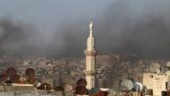 Rauch war am Montag über der zu großen Teilen zerstörten Stadt Aleppo zu sehen.