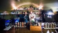 """Joshua Besemer (l), Barkeeper, und Michele Heinrich, Chef-Bartender, stehen hinter der Theke der """"The Kinly Bar""""."""