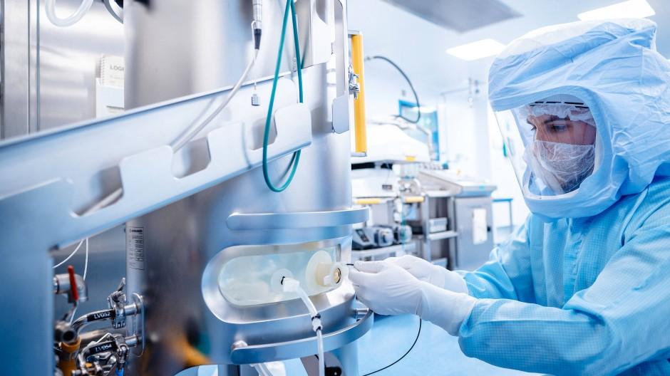 Ein Arbeiter in der Impfstoffproduktionsanlage von Biontech in Marburg. Das Unternehmen arbeitet an Auffrischungsimpfungen gegen Virusmutationen.