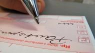 Gefälschte Rezepte: Das Landgericht Frankfurt hat einen Apotheker zu drei Jahren und zwei Monaten Haft verurteilt.
