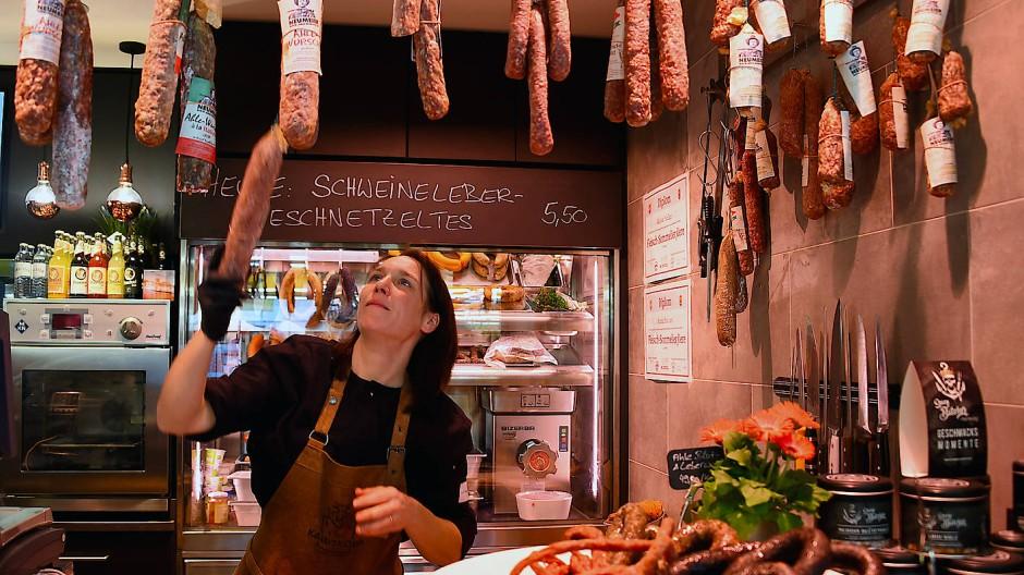 Fleischermeisterin Anna Satvary an ihrem Stand in der Frankfurter Kleinmarkthalle (Archivbild)