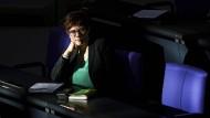 Kramp-Karrenbauer auf der Regierungsbank des Bundestags