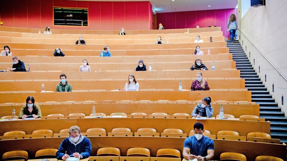 Endlich überhaupt mal in der Uni: Studierende sitzen in einem Hörsaal kurz vor einer Klausur mit Sicherheitsabstand im März 2021  im Biozentrum der Goethe-Universität Frankfurt am Main.