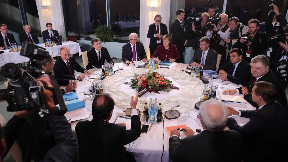 Gipfeltreffen mit Putin:  Angela Merkel, Frank-Walter Steinmeier, der französische Präsidente Francois Hollande und der ukrainische Präsident Petro Poroschenko
