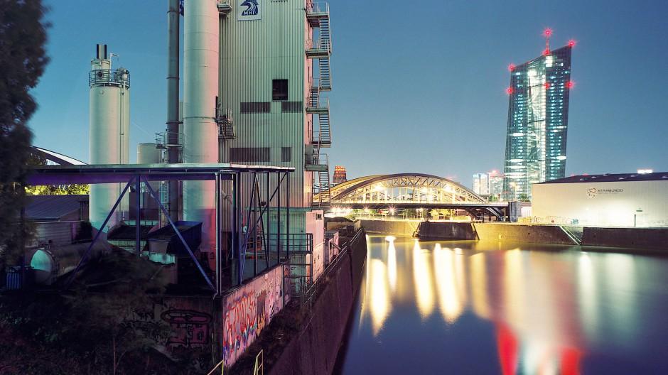 Buntes Schauspiel: Blick auf den Turm der Europäischen Zentralbank vom Osthafen aus