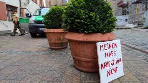 Kopfsteinpflaster, Geranien und Terror
