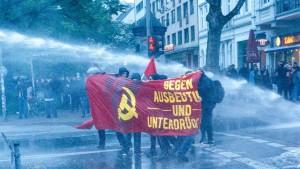 Polizei in Hamburg setzt Wasserwerfer ein