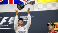 Der schon wieder: Lewis Hamilton gewinnt ein Rennen nach dem anderen – das würde Sebastian Vettel (rechts) in der nächsten Saison gerne verhindern.