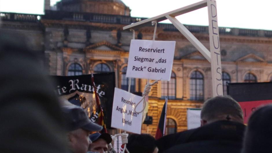 Die Galgen, die Pegida-Demonstranten für Bundeskanzlerin Angela Merkel und deren Stellvertreter Sigmar Gabriel reserviert hatten und in Dresden zur Schau stellten.