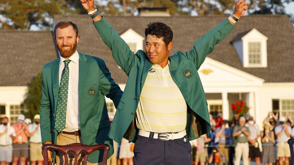 Hideki Matsuyama bekam das grüne Siegerjackett von seinem Vorgänger Dustin Johnson überreicht.