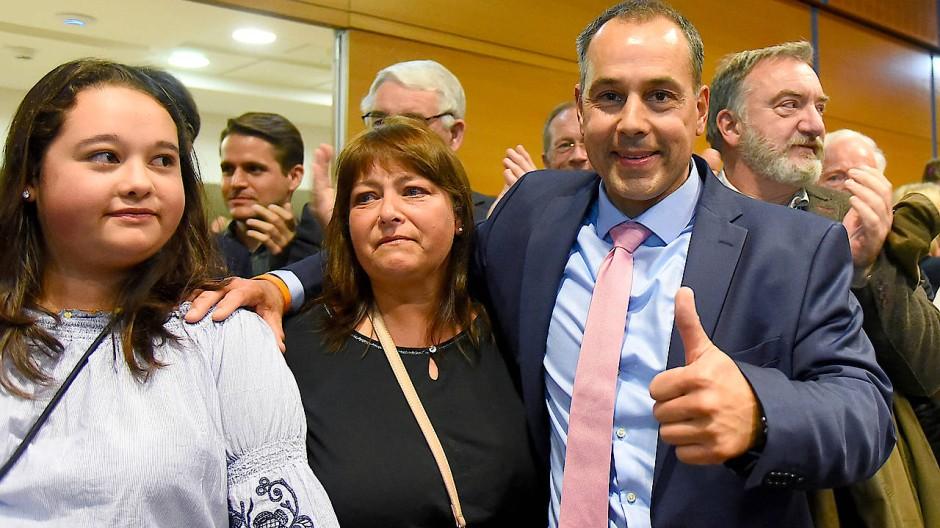 Freudig: Adnan Shaikh ist neuer Bürgermeister Eschborns. Hier mit Frau Susanne und Tochter.