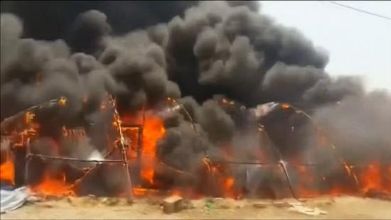 Flüchtlingslager in Flammen
