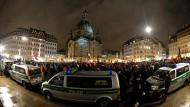 Pegida und Polizei in Dresden: Aus Protest gegen das nach seiner Spaltung nun radikalere Bündnisses hat die Frauenkirche ihr Licht ausgeschaltet.