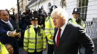 Brexit in Bildern: EU-Gegner Boris Johnson nach dem Referendum mit Polizeischutz vor seinem Haus