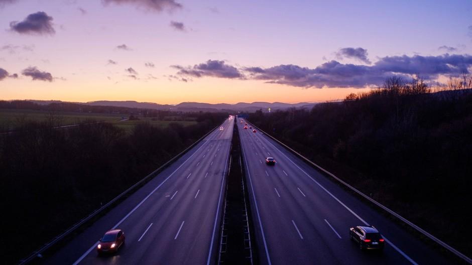 Auch auf Autobahnen wurde 2020 weniger Sprit verfahren.
