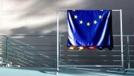 Europaflagge im Kanzleramt: Die Nachkriegsbegeisterung für die Idee eines vereinten Europas ist schon lange einer skeptischen Kosten-Nutzen-Rechnung gewichen