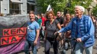 Kreuzberg pur: Hans-Christian Ströbele und Canan Bayram auf einer Demo für nazifreies Berlin (Archiv).