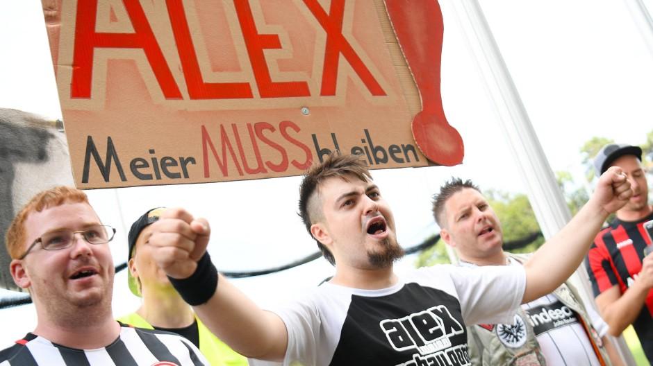 Wünschen den Verbleib ihres Fußball-Idols: Eintracht-Fans demonstrieren am Sonntag für Alex Meier.