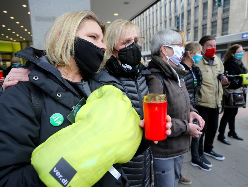 Mitarbeiterinnen von Galeria Kaufhof trösten sich am Tag der Schließung ihrer Filiale.