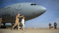 Verteidigungsministerin von der Leyen im Januar vor einem Tankflugzeug der Luftwaffe vom Typ A320 im jordanischen Al-Asrak