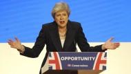 Auf wen soll Theresa May hören? Von allen Seiten wird Druck auf die Premierministerin ausgeübt.