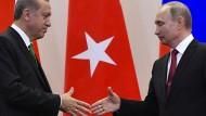 Ein Deal, ein Handschlag: Der türkische Präsident Erdogan kauft bei Putin in Russland ein Flugabwehrsystem ein (Symbolbild).