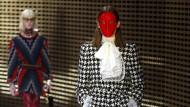 Chefdesigner Alessandro Michele hat viele Referenzen gemischt und mit Masken und Stacheln zugespitzt.