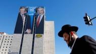 """""""Netanjahu spielt in einer anderen Liga"""": Ein Plakat von Trump und dem israelischen Ministerpräsidenten in Jerusalem"""