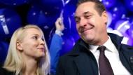 Der österreichische Politiker Heinz-Christian Strache mit seiner Frau Philippa