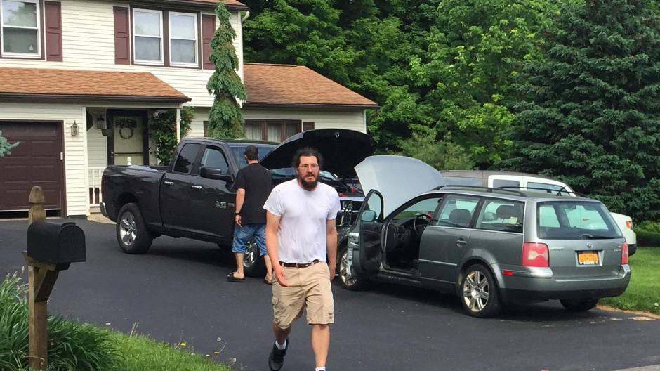Michael Rotondo wurde von seinen Eltern vor Gericht verklagt, da er sich mit 30 Jahren immer noch weigerte auszuziehen. Hier verlässt er das Elternhaus