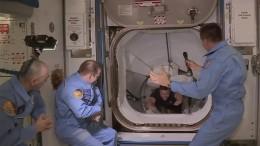 Astronauten in der ISS angekommen