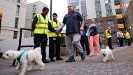 Angemessen oder blinder Aktionismus? Für viele Bewohner der Wohnblocks in Camden kam die Evakuierung am Freitagabend völlig überraschend.