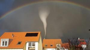 Tornado deckt in Unterfranken mehrere Dächer ab