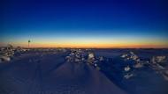 Die sogenannt nautische Dämmerung, ein Vorbote der Sonne am Himmel, in der Arktis