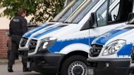 Polizeifahrzeuge stehen in Nienburg auf einem Parkplatz.