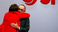 Mehr Zukunft wagen: Saskia Esken und Norbert Walter-Borjans am Freitag nach ihren Bewerbungsreden beim SPD-Parteitag