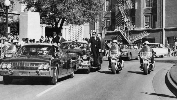 Der Konvoi des Präsidenten (im Vordergrund die Präsidenten-Limousine) in Dallas am 22. November 1963 Sekunden vor dem Attentat