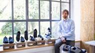 Sneaker-Boom: Henning Siedentopp mit den Schuhen seiner Firma Melawear aus Kassel.