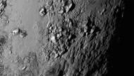 Aus einer Entfernung von rund 77.000 Kilometern erkennt man etwa 3500 Meter hohe, eisige Berge in der Äquatorregion des Zwergplaneten. Das Fehlen von Kratern spricht für eine ehe junge geologische Geschichte der Oberfläche.