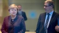 Bundeskanzlerin Angela Merkel mit ihrem wirtschaftspolitischen Berater Lars-Hendrik Röller