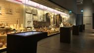 """Mit dem Umzug der Ausstellung """"Fünftausend Jahre"""" wurde die Vitrine im Untergeschoss des staatlichen Museums für ägyptische Kunst in München eingerichtet."""