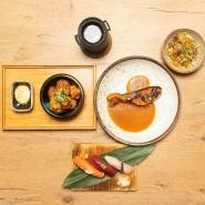 Age-frittiertes Hühnerfleisch mariniert mit Ingwer und Sojasauce, Mango-Relish und Yuzupfeffer-Majonaise (links), 3 gemischte Nigiri Sushi (unten Mitte), Genmai / Grüner Tee mit geröstetem Vollkornreis (oben, Mitte) und  gegrilltes Lachsfilet mit Yuzu-Miso-Sauce und Gemüsejulienne-Salat