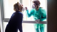 Not macht erfinderisch: In diesem Frankfurter Pflegeheim wird der Corona-Test am offenen Badezimmerfenster durchgeführt, bevor die Mitarbeiter eintreten dürfen.