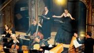Sie klagt so schön: Diana Schmid (Mitte rechts) als Falsirena, künstlerischer Leiter Thomas de Vries (rechts) an Orgel und Spinett.