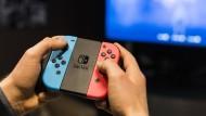 Aufgepasst beim Internetkauf: Ein Gamer spielt auf der Nintendo Switch.