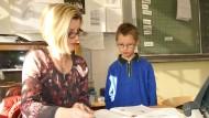 Manche Kinder brauchen mehr Zeit: Max mit seiner Lehrerin in der Vier-Täler-Schule