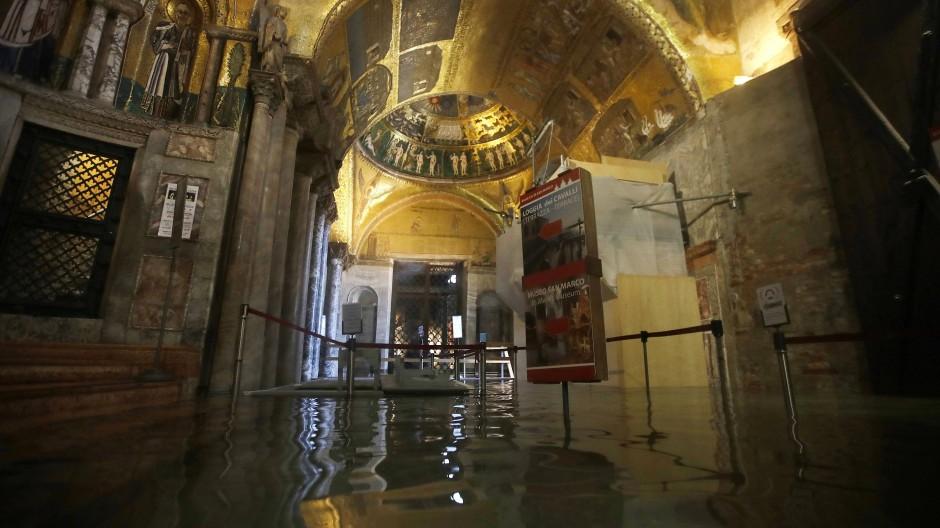 Der Markusdom steht unter Wasser: Das Mauerwerk hat nach Angaben von italienischen Medien schon gelitten.