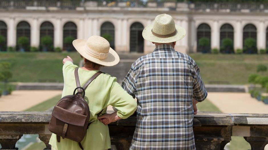Zwei Spaziergänger mit Sonnenhut stehen im Barockgarten Großsedlitz in Heidenau.