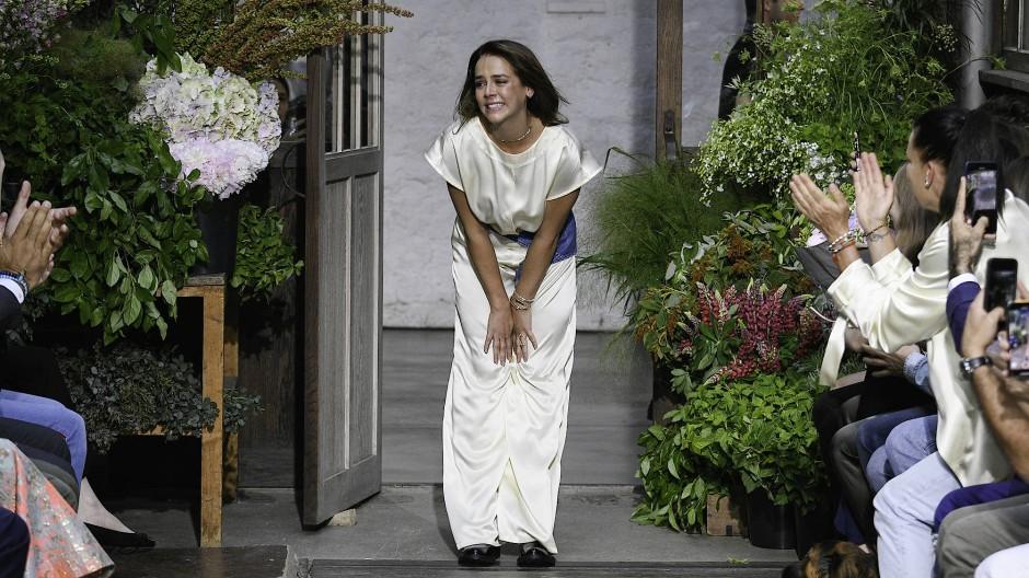 An Applaus mangelt's schon mal nicht: Pauline Ducruet nach der ersten Schau ihrer Marke Alter in Paris.